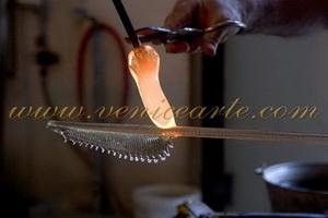 Colocación de la copa sobre un tallo de hoja para completarla